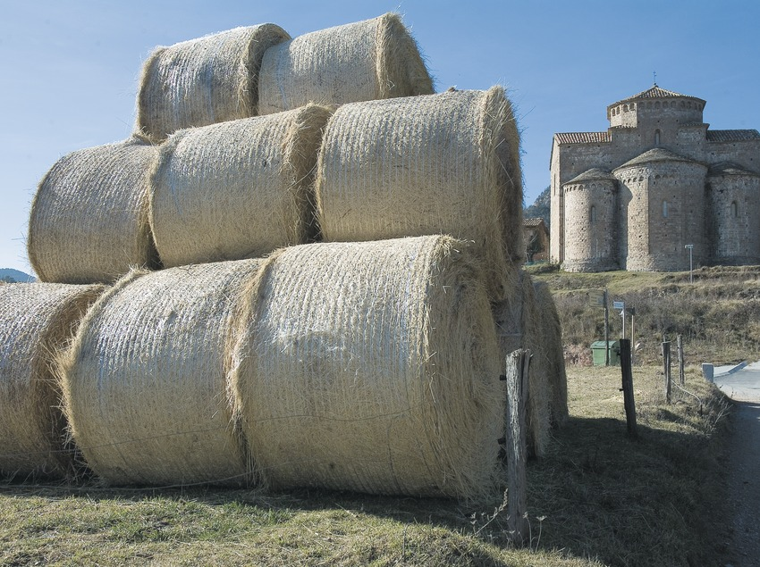 Bales of straw and church of Sant Jaume de Frontanyà  (Servicios Editoriales Georama)