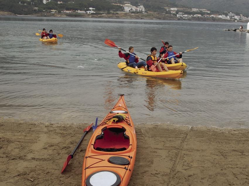 Entraînement de kayak au bord de la mer