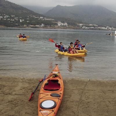 Práctica de kayak en la playa