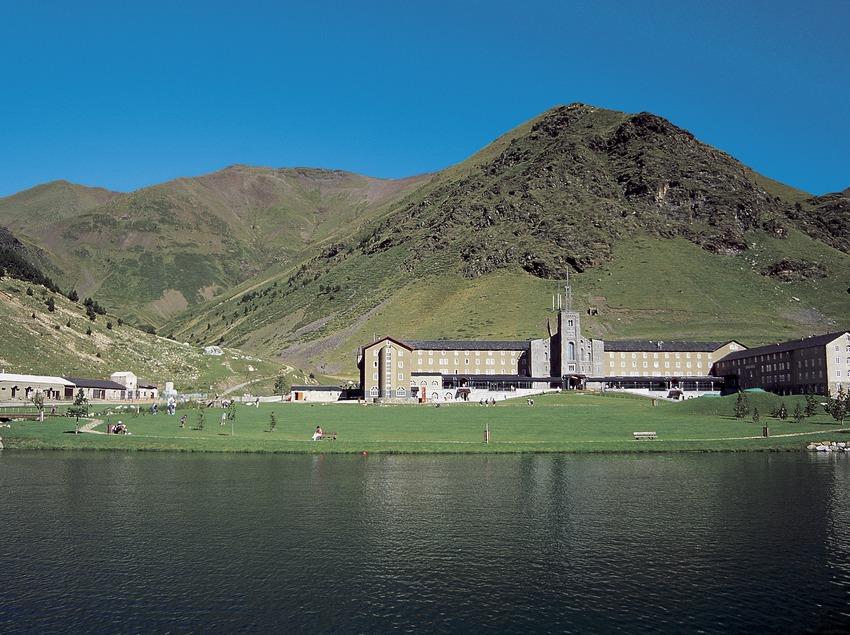 Núria. Le lac et le sanctuaire au fond  (Servicios Editoriales Georama)