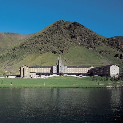 Núria. Vista del llac i el santuari al fons  (Servicios Editoriales Georama)