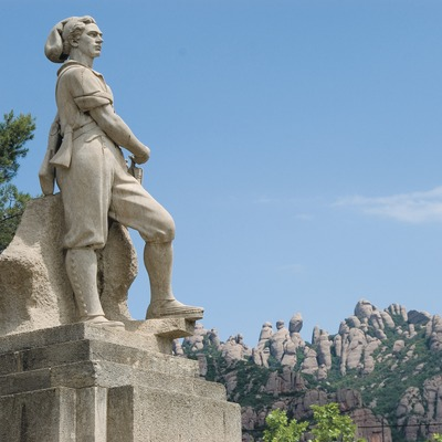 Monument to the Timbaler del Bruc (Drummer) with the Montserrat massif in the background  (Servicios Editoriales Georama)