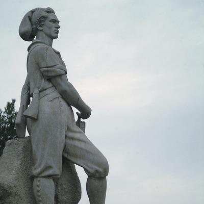 Monumento al Timbaler del Bruc con el macizo de Montserrat al fondo  (Servicios Editoriales Georama)