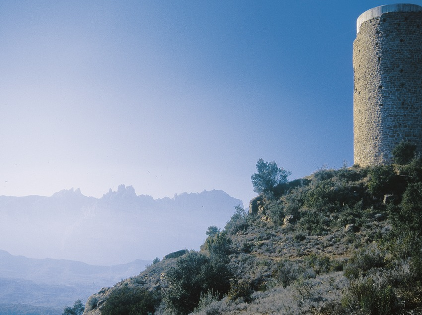 Watchtower of the Torrota and the Montserrat massif in the background  (Servicios Editoriales Georama)