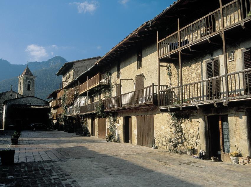 Balconades tradicionals de fusta en el camí vell d'Olot a Vic  (Servicios Editoriales Georama)