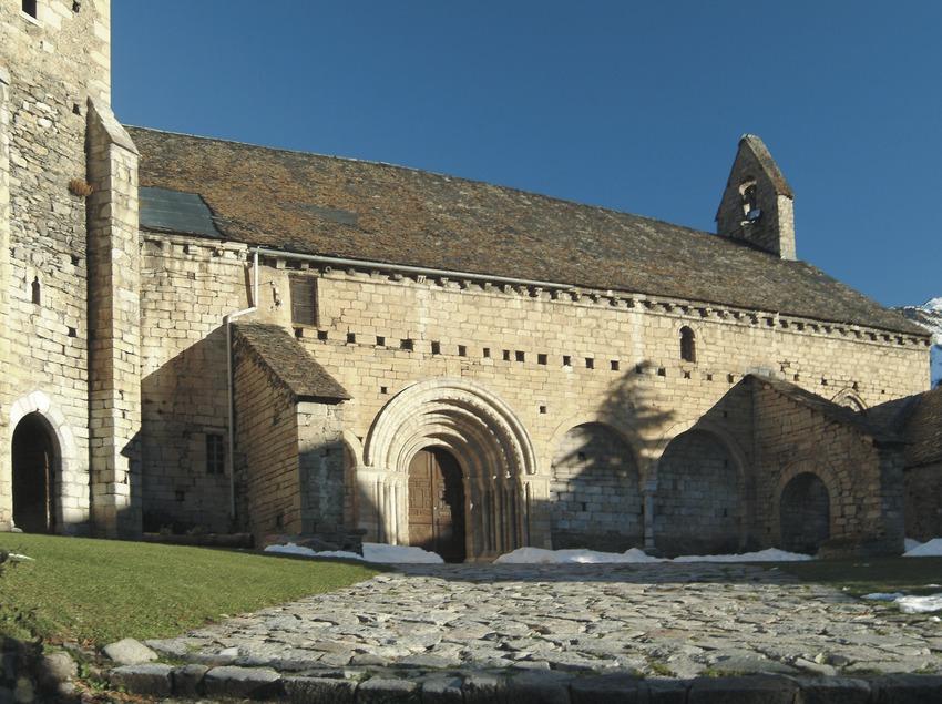 Portada lateral davant de l'església de Sant Andreu de Salardú  (Servicios Editoriales Georama)