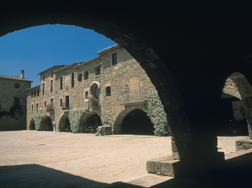 Plaça Major in Monells  (Servicios Editoriales Georama)