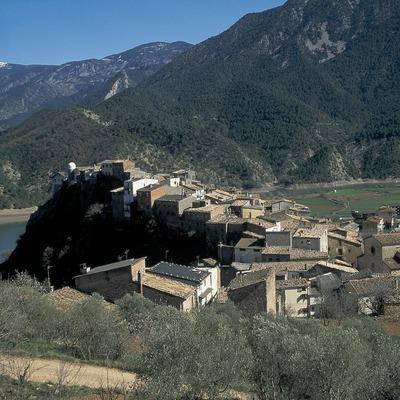 Altstadt und der Fluss Segre in der Nähe des Stausees von Oliana