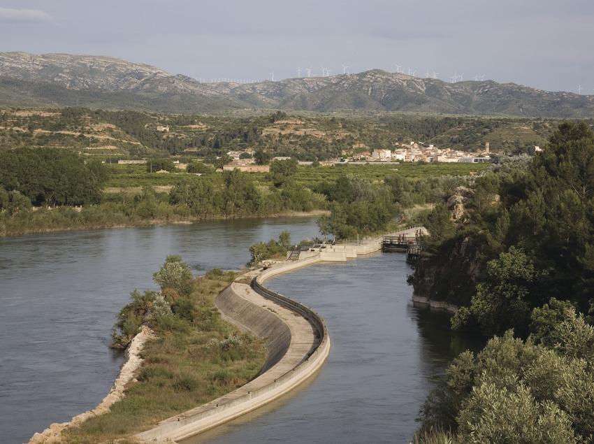 L'Èbre et le canal droit, avec le village au fond  (Miguel Raurich)