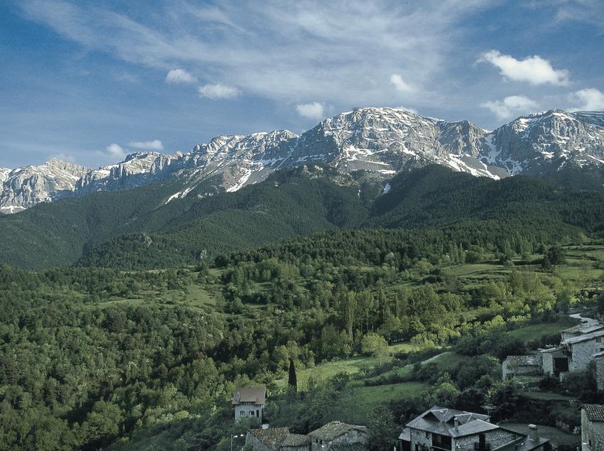 Die Sierra del Cadí vom Stadtkern von Querforadat aus gesehen