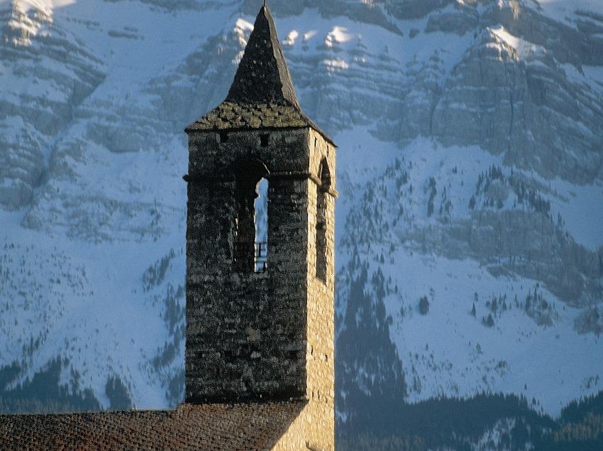 Bergwände des Cadí und die romanische Kirche Santa Coloma.
