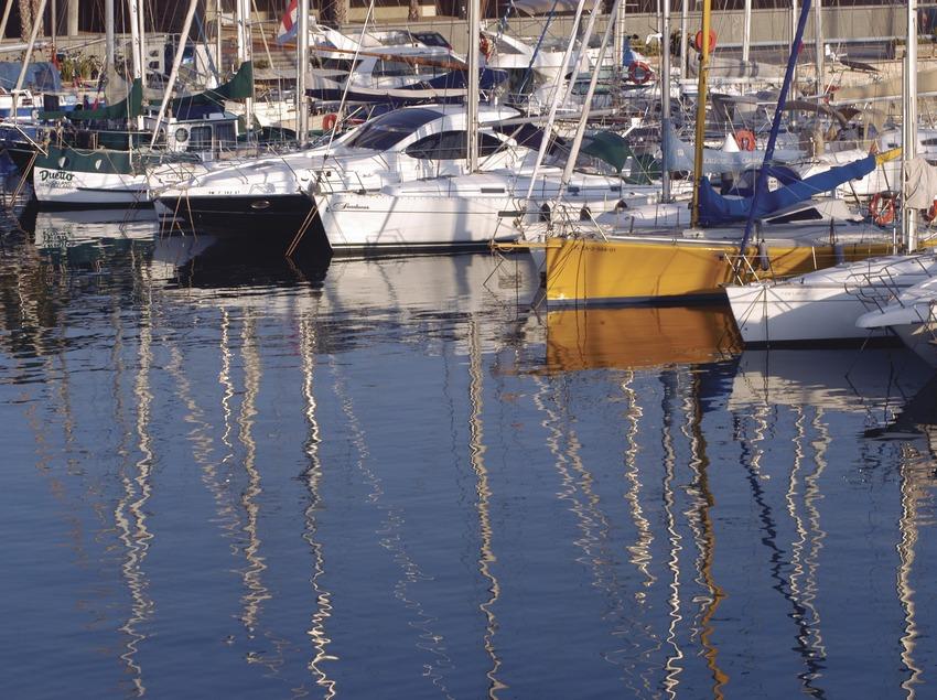 Embarcacions amarrades al Port del Fòrum