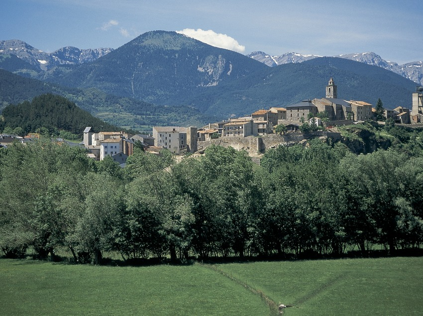 Camps de pastures a la vall del Segre i vista de la localitat