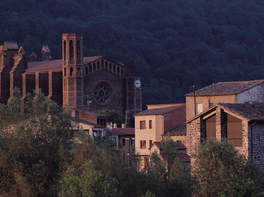 Église paroissiale et vieille ville.