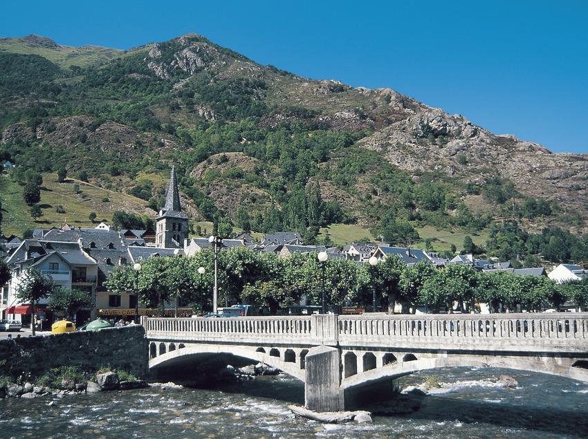 Der Garona beim Durchfließen des Ortes.